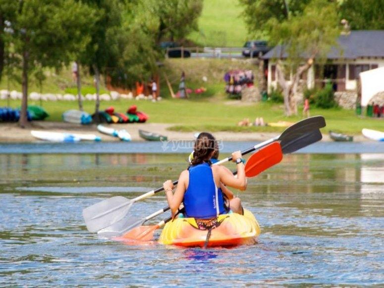 Goditi il kayak aperto