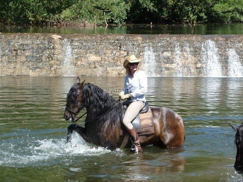 Superando el rio a caballo