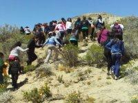 chicos subiendo una ladera