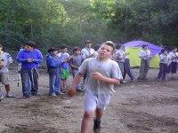 nino corriendo delante de otros chicos
