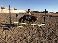 Alumna montando en poni