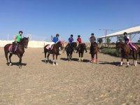 A caballo en la pista hipica