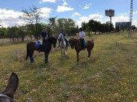 Montando a caballo en el campo