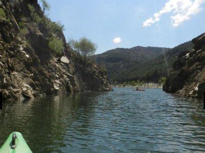 在El Vado水库划独木舟。两个小时