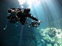 在人的海洋洞穴潜水的底部有两个潜水员下