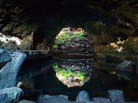 la grotta riflessa nell'acqua
