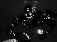 un subacqueo nel mare con la sua bombola di ossigeno
