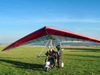 Preparando el vuelo en ala delta con motor