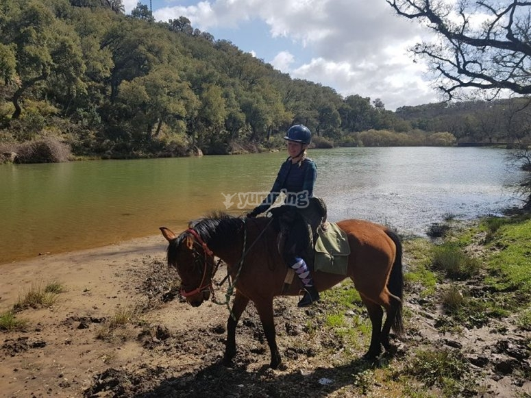 Bordeando el lago a caballo