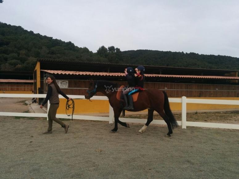 与教练一起骑马