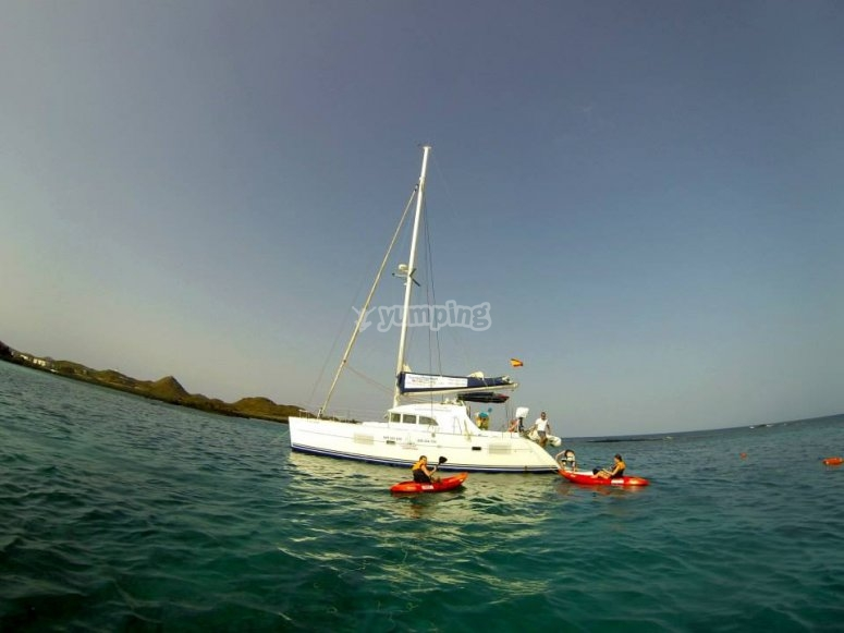 Kayaks junto al barco