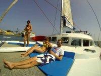 Tumbados en el catamaran