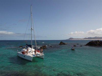 Alquilar catamarán con patrón por Isla de Lobos 8h