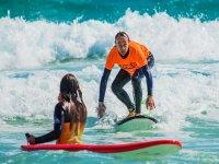 Curso de surf con alojamiento en Fuerteventura