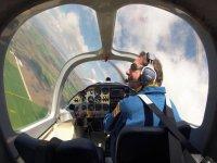 Piloto virando en el aire