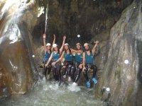 Saludando desde la gruta en el rio