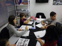 chicos escribiendo en chino