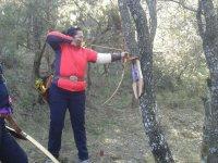 射击在森林里的弓