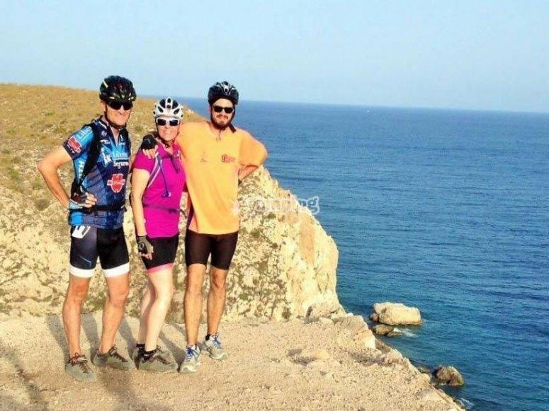Ciclisti in riva al mare