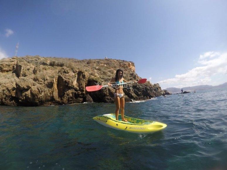 与sup -999划船步行 - 练习划桨冲浪沙子