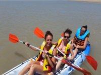 Amigas navegando en kayak