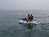 Chico y chica en moto de agua