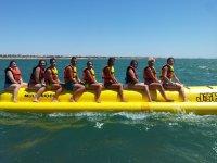Grupo en banana acuatica