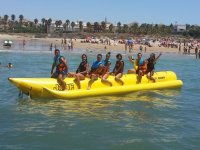 Grupo mixto en banana saliendo de la playa