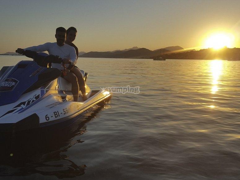 Excursión romántica al atardecer en moto de agua