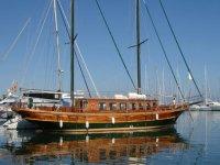 大海反射的帆船