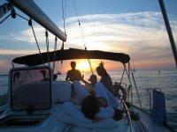 和朋友躺在船