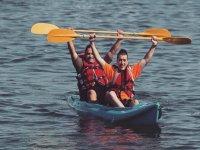 乘皮划艇到达港口