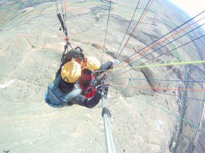 在Arcones的双座滑翔伞飞行