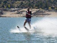 Con los esquís acuático