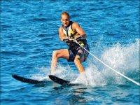 Dejandose arrastrar con los esquís acuáticos