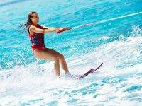 年轻人练习滑水板