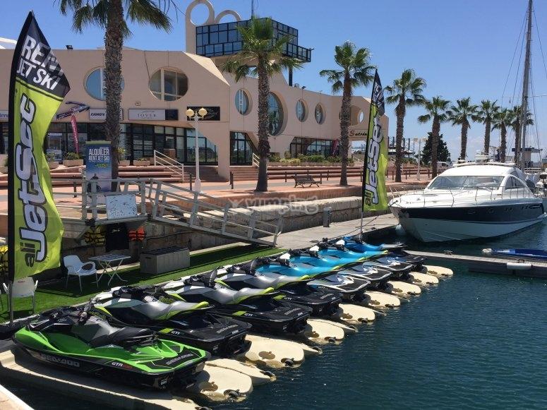 Motos de agua en el embarcadero en Alicante
