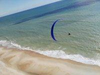 Vuelo por encima de la playa