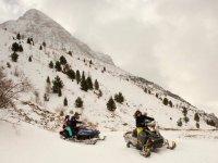 Girando en la curva sobre la nieve