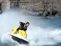 在水上摩托上加速