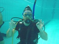 practicando en la piscina