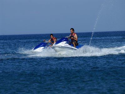 在地中海租用双座喷气滑雪