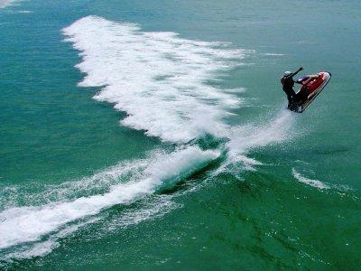 在科斯塔布兰卡租一辆水上摩托车