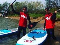 用满月划桨在Fluviá河上冲浪