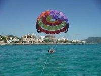 Parasailing alzando el vuelo en Mallorca
