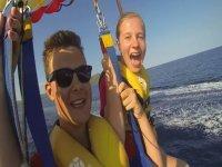 Máxima emoción en el parasailing