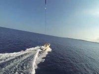 Visión del mar y el barco desde el parasailing
