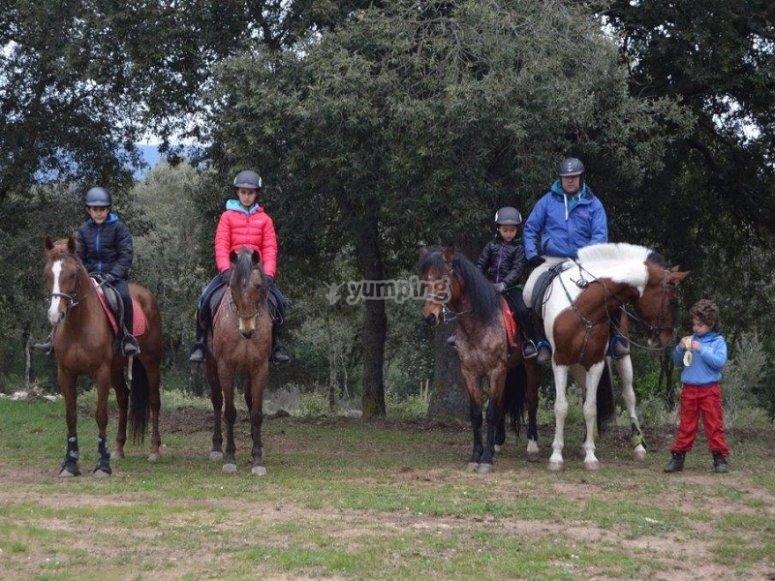 Grupo a caballo por el bosque
