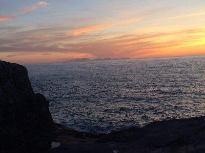 Atardecer en charter privado Mar Balear con copa