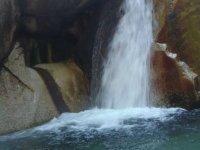 河中的瀑布